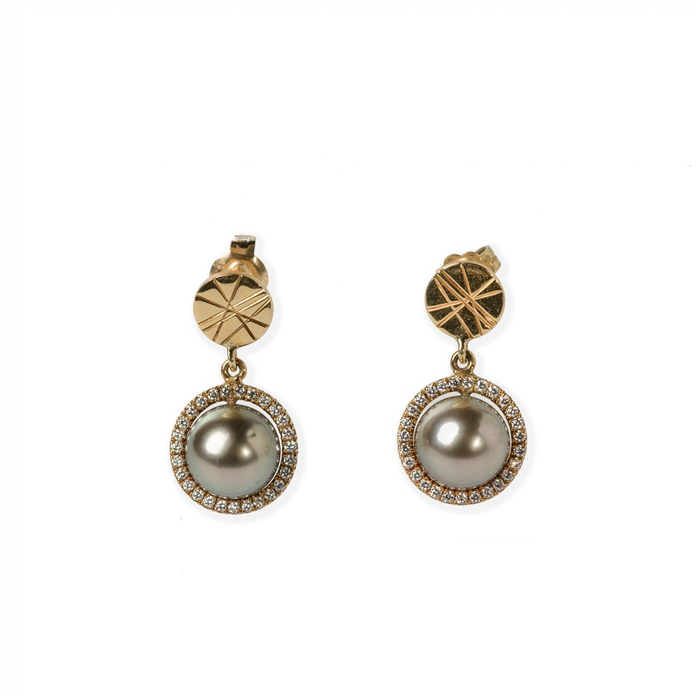 Earrings with Daisy logo. A pearl surrounded by small diamonds
